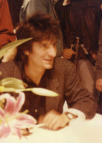 Ron Wood signing autographs